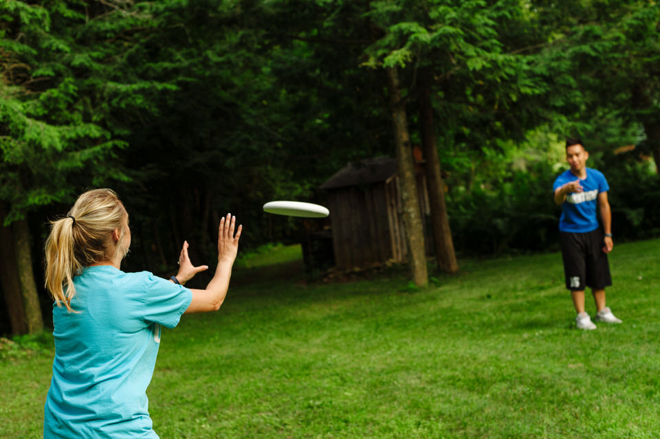 Lifestyle photos of couple playing Ultimate Frisbee 06