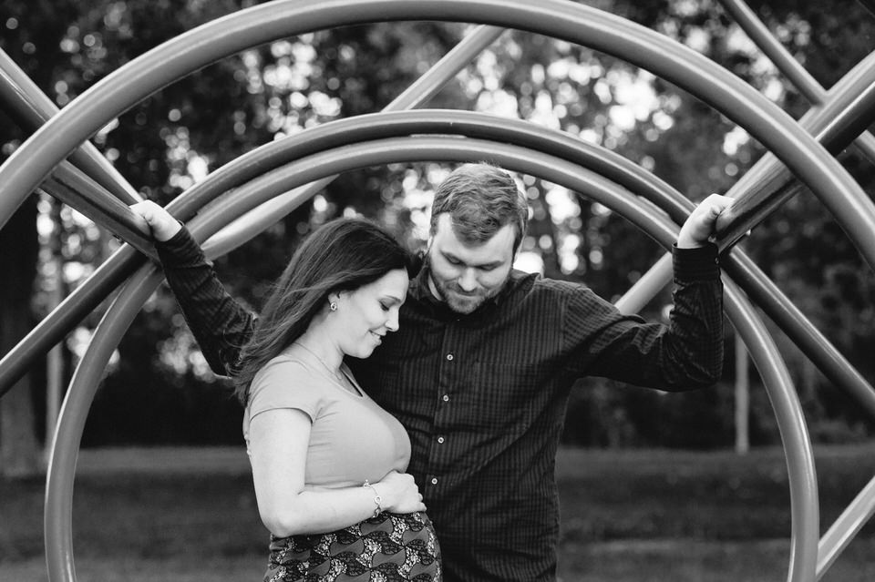 Maternity photo in a park in Montreal
