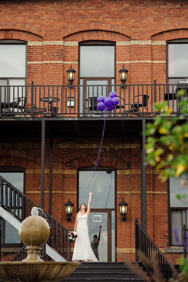 Bride releasing balloons in memory of her dad