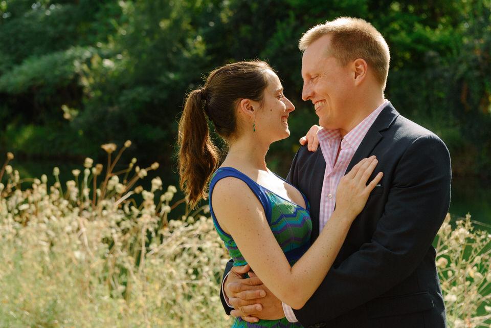 Couple entrelacé en plein milieu d'un champ vert