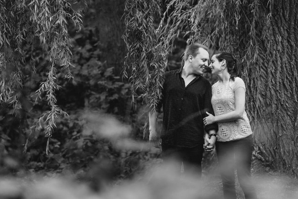 Couple se promenant, main dans la main à travers le parc Jean Drapeau