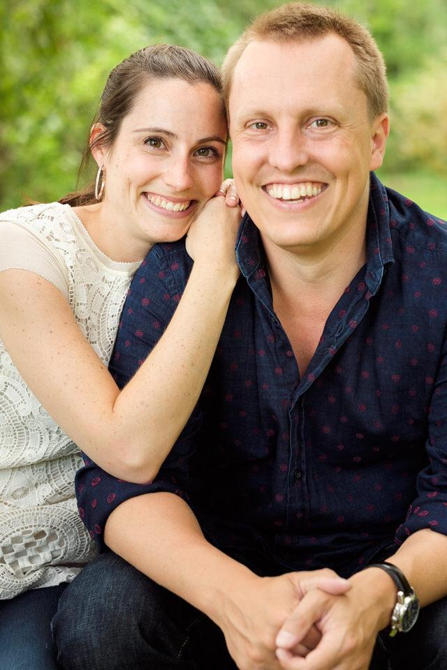 Couple souriant pose pour la caméra
