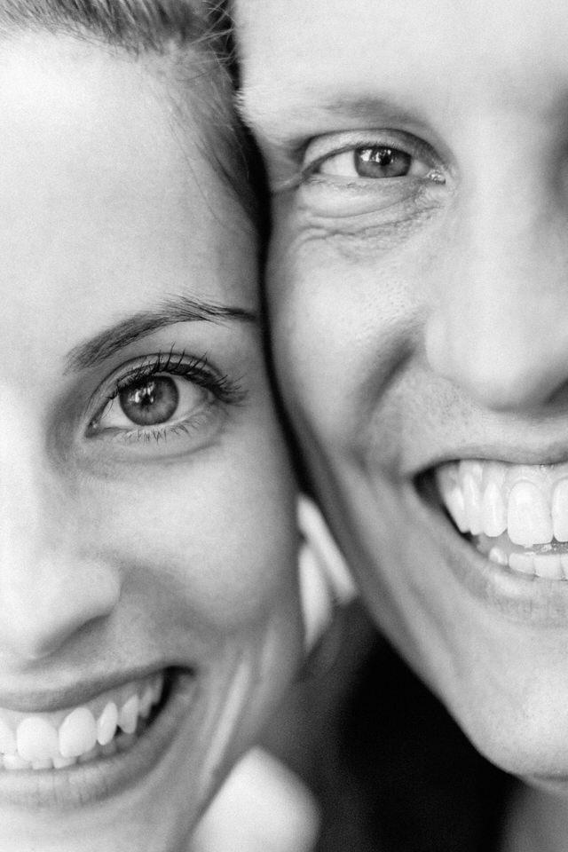 Gros plan artistique sur le visage souriant des fiancés