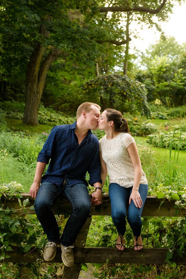 Couple assis en train de s'embrasser au parc Jean Drapeau