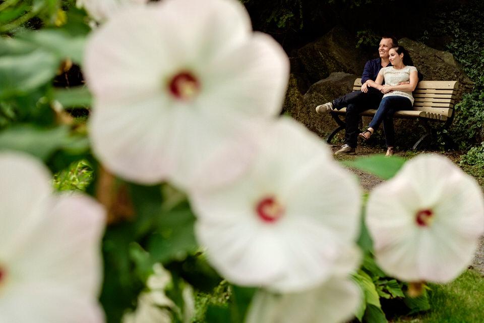 Couple assis sur un banc du parc Jean Drapeau