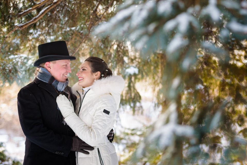Portraits des mariés parmi les épinettes du Jardin des Floralies