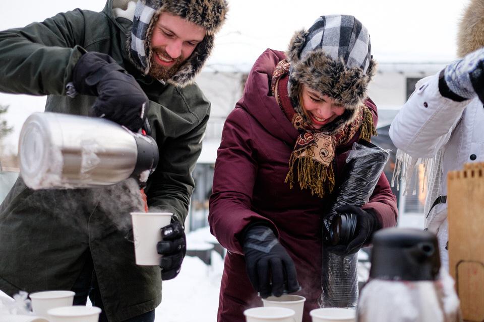 Vin chaud servi à la cérémonie de mariage dehors en hiver