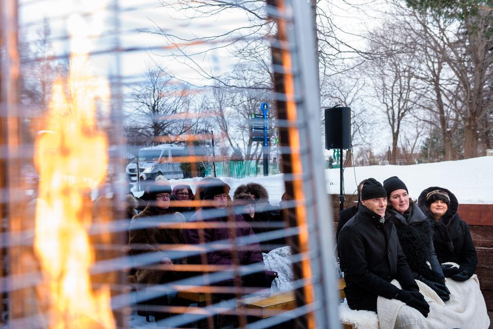 Invités qui regardent la cérémonie à l'extérieur