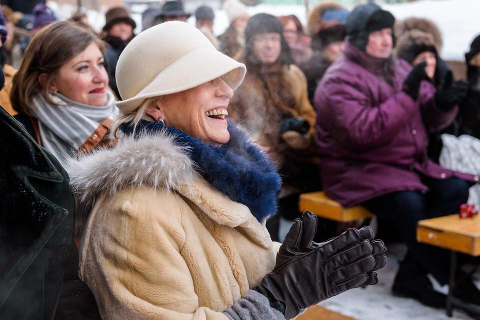 Mère du marié qui applaudit dehors à la cérémonie en hiver
