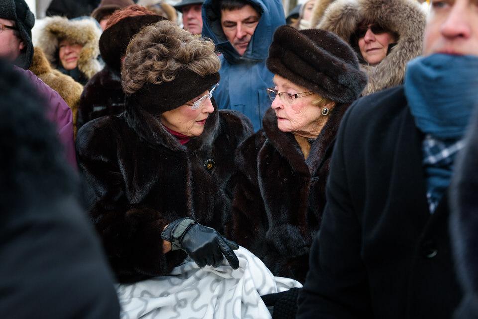 Deux grand-mamans qui placotent au mariage en hiver