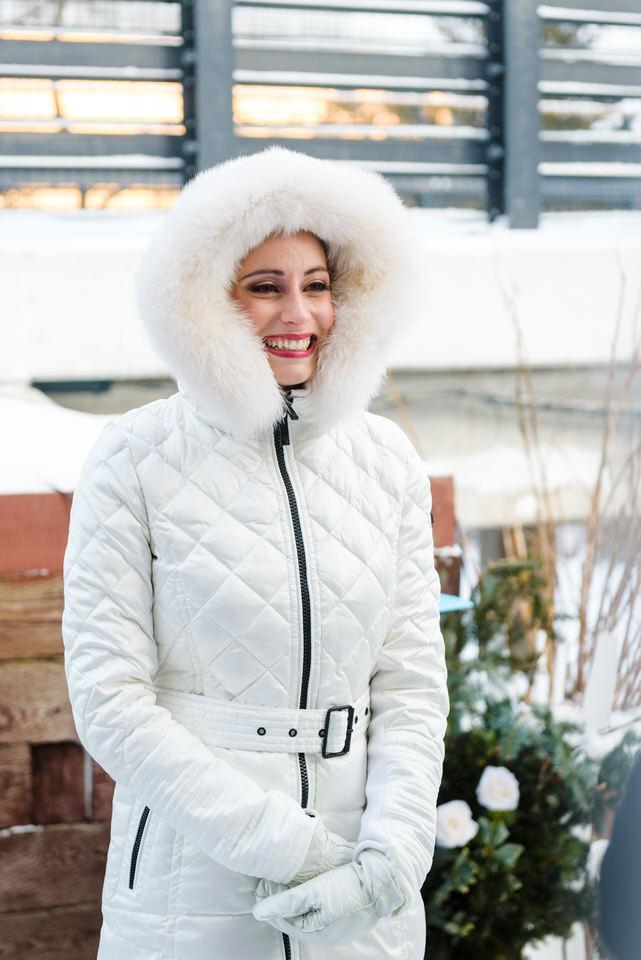 La mariée qui écoute les voeux toute emmitouflée en hiver