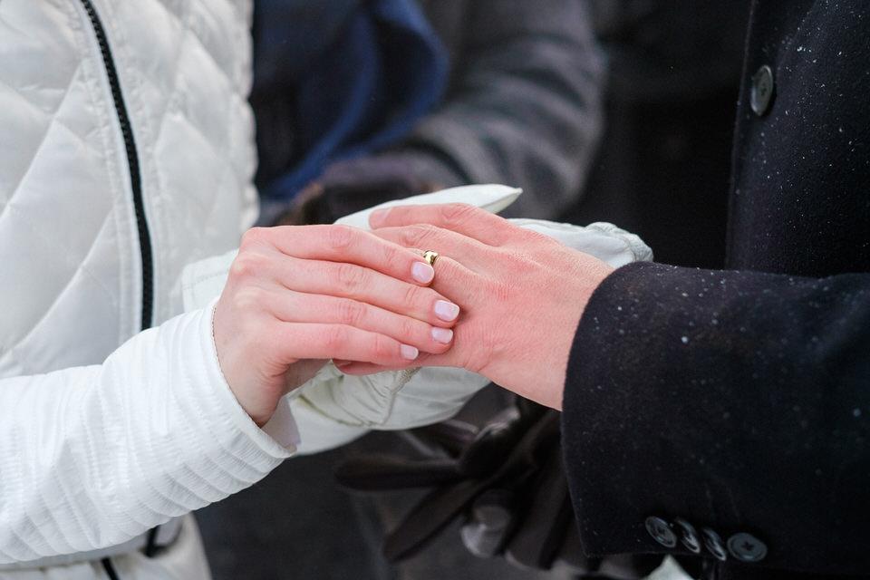 Image gros plan de la mariée qui met l'anneau sur le doigt de son mari