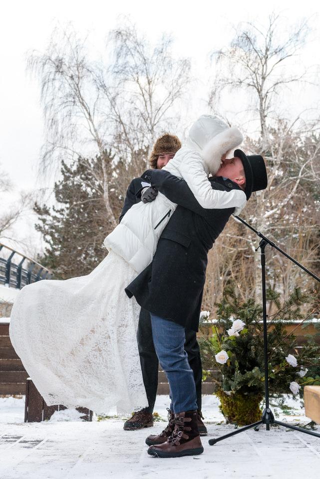 Le premier baiser des mariés à l'extérieur en hiver