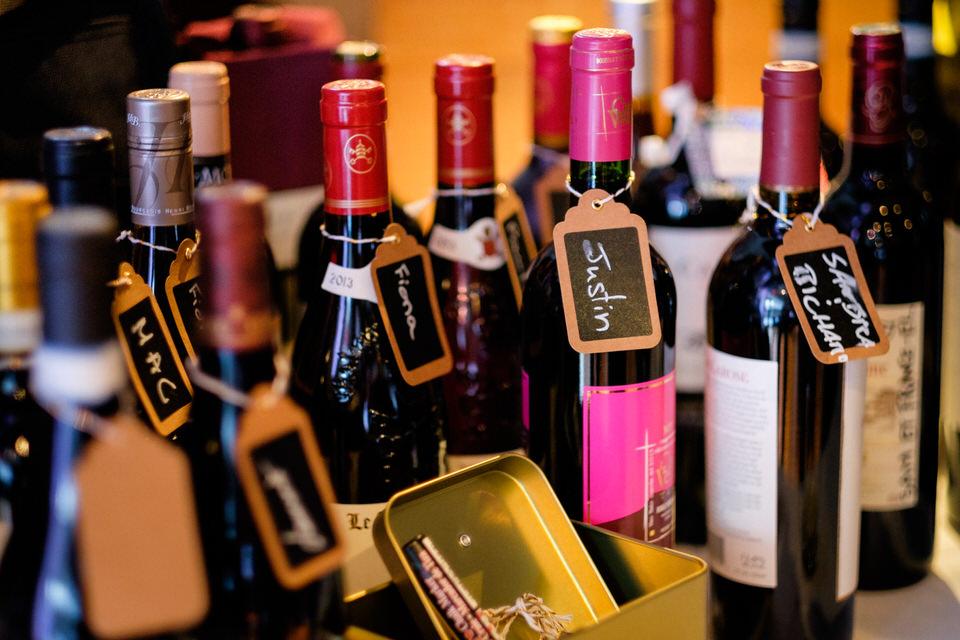 Bouteilles de vins avec noms des invités écrit dessus