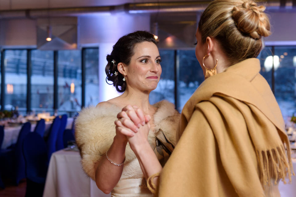 Mariée qui regarde sa soeur avec émotion