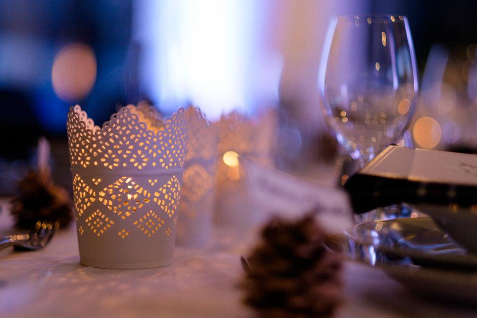Chandelles et décorations sur les tables de mariage