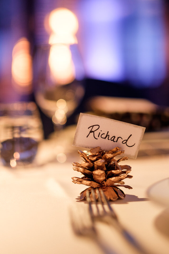 Pomme de pin couvert de peinture dorée avec le nom d'un invité