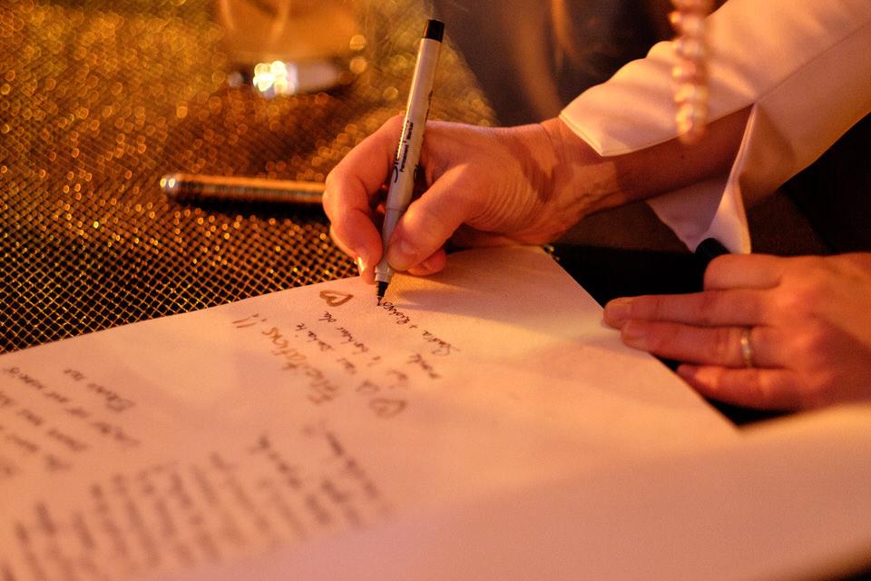 Gros plan de quelqu'un qui laisse un message dans un livre d'invité