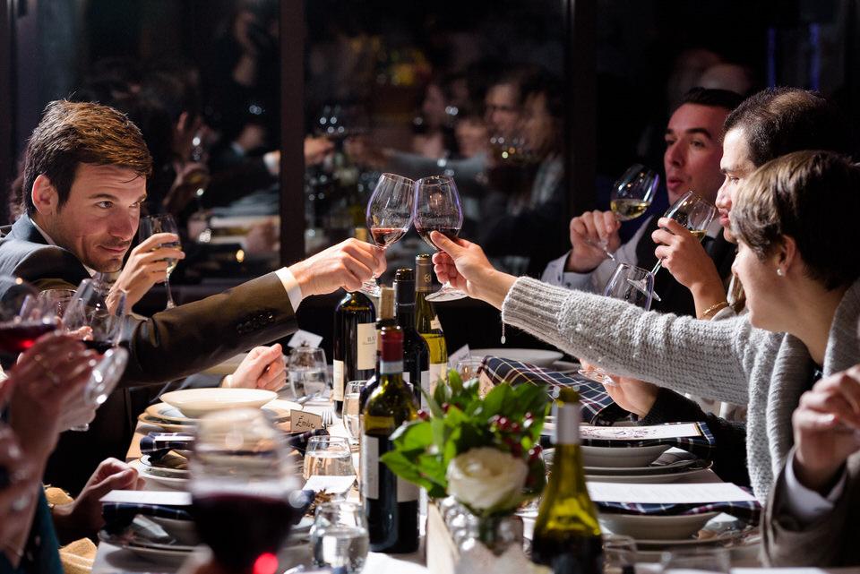 Les invités qui trinquent au souper de mariage