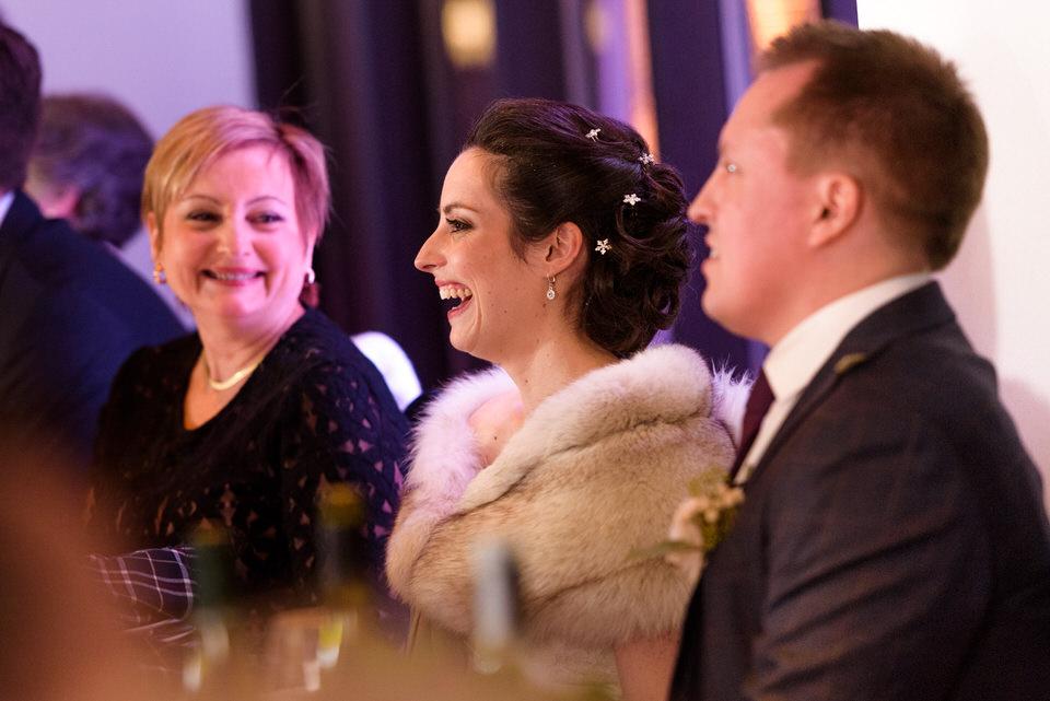 Mariés qui rient durant les discours