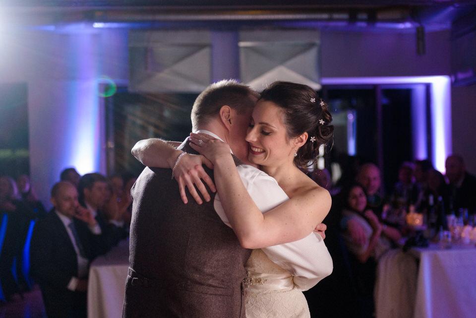 Les mariés qui font leur première danse ensemble 02