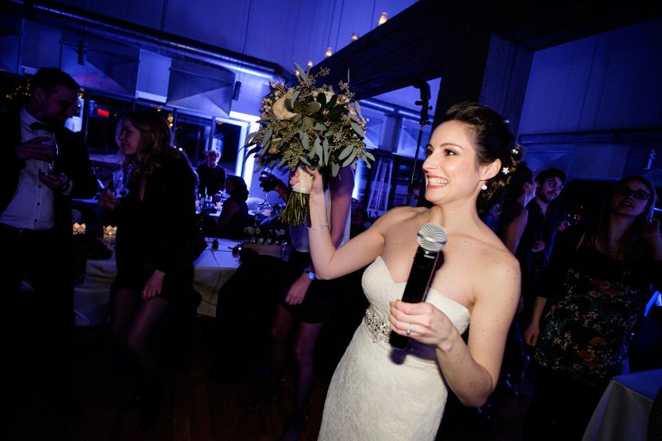 Mariée avec bouquet et micro