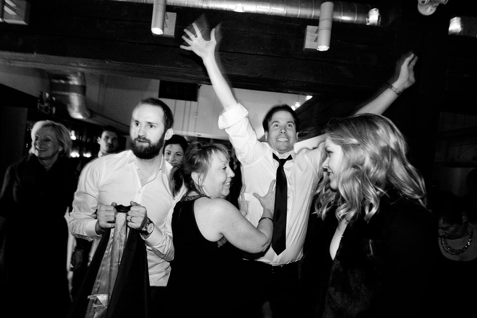 Invités de mariage excités la nuit