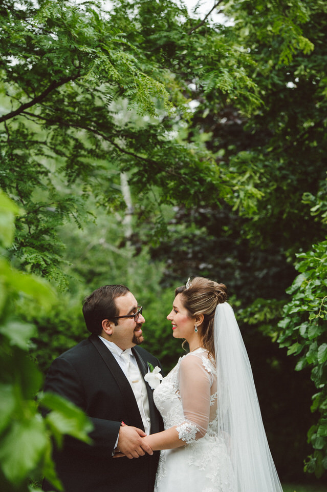 Chateau Bromont wedding photos in the garden