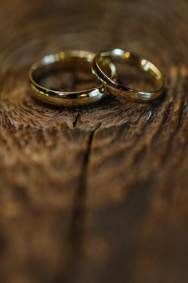 Bagues de mariage sur du bois