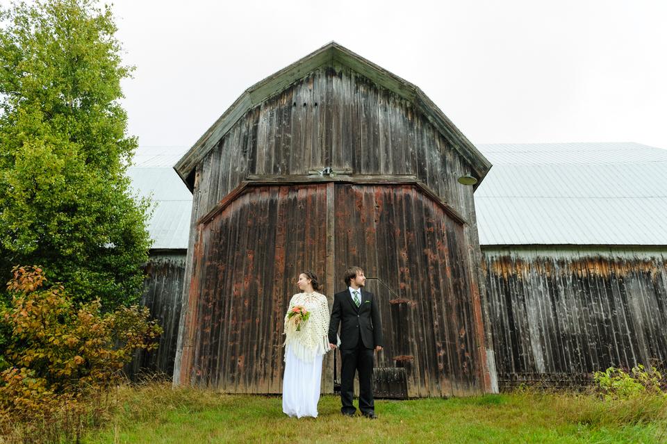 Couple devant un grange rustique