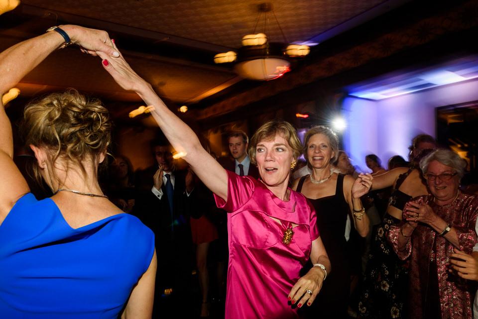 Wedding guests dancing 03
